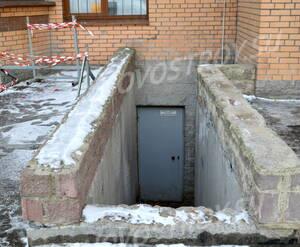 Вход в подвальные помещения жилого комплекса «Дом на проспекте Славы» (24.02.2013)