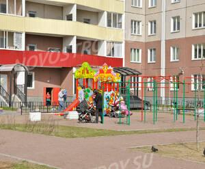Детская площадка около дома на проспекте Большевиков, 38/5 (15.05.2013 г.)
