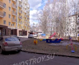 ЖК «Петровский» (п. Мечниково): Двор и детская площадка рядом, 10.04.2015 г.