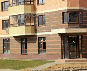 ЖК «Никольский квартал»: 13.04.2015 - Фрагмент строящегося корпуса, торец, нижние этажи