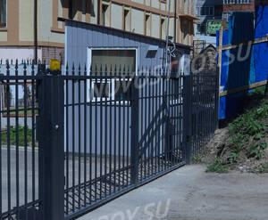 ЖК «Особняк у парка»: будка охраны у входа на территорию ЖК (12.05.15)
