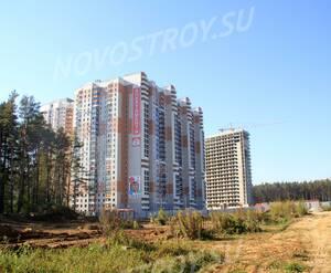 ЖК «Щитниково»: 26.09.2014 - Общий вид новостройки, построенный корпус 26 и строящийся 25