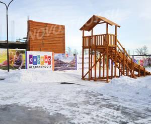 Малоэтажный ЖК «Парк Апрель»: строящийся корпус и детская горка на территории комплекса.