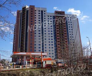 ЖК «Яуза парк»: южная сторона комплекс и АЗС вблизи строящегося дома