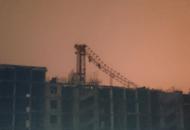 На стройплощадке ЖК «Петергоф Парк» упал башенный кран, один человек погиб