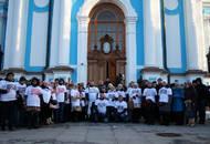 Обманутые дольщики окропили святой водой лестницу правительства Ленобласти