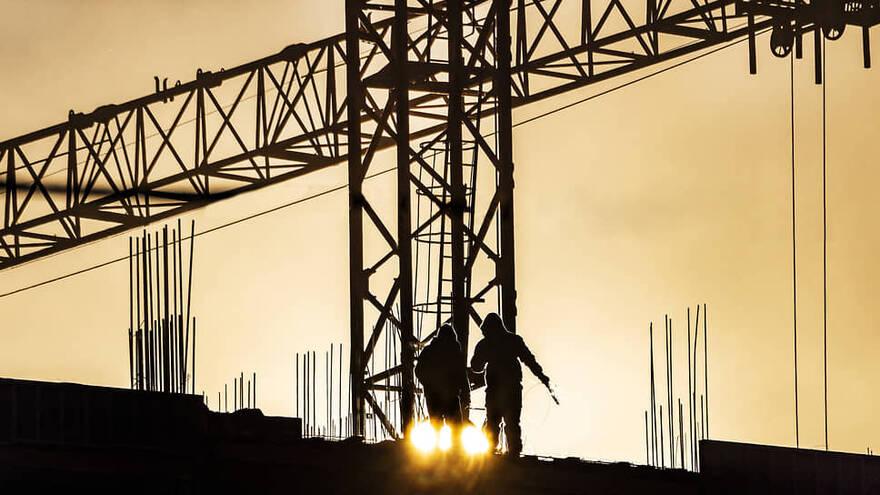 В Ленобласти образовался дефицит рабочих, на стройках не хватает 50% требуемых специалистов